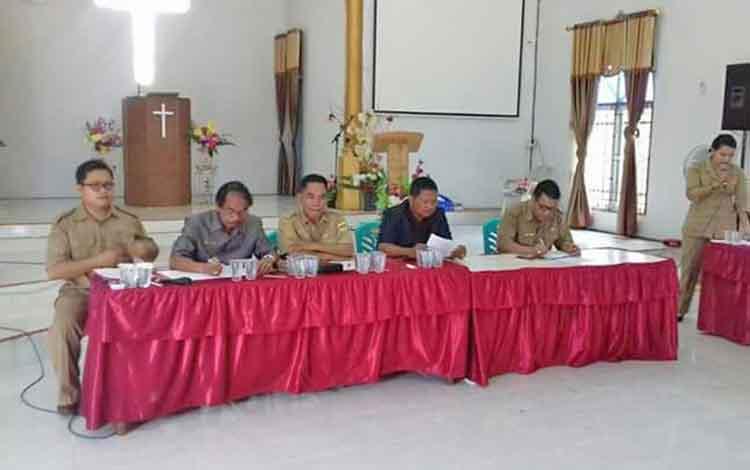 Sosialisasi tentang relokasi di Kelurahan Tampang Tumbang Anjir, Kecamatan Kurun, Kabupaten Gunung Mas, beberapa waktu lalu.