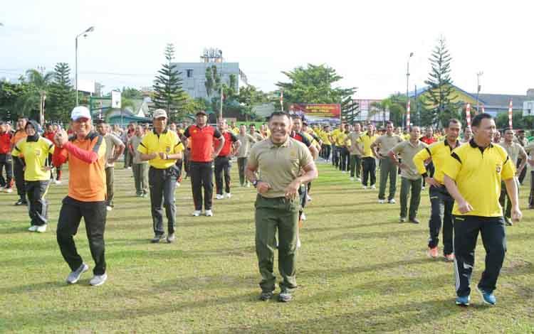 Ratusan anggota TNI, Polri, dan PWI Kotim berolahraga bersama di halaman Kodim 1015 Sampit, Jumat (11/8/2017).