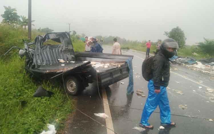 Sejumlah pengguna jalan dan warga sekitar saat melihat kondisi mobil yang terlibat kecelakaan pada Kamis (17/8/2017).
