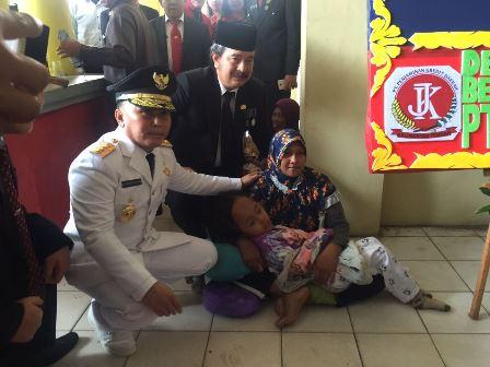 Gubernur Kalimantan Tengah Sugianto Sabran menghampiri ibu dan anak penderita hidrosefalus di pintu keluar Stadion Sanaman Mantikei, Palangka Raya, seusai upacara peringatan HUT ke-72 kemerdekaan RI, Kamis (17/8/2017).