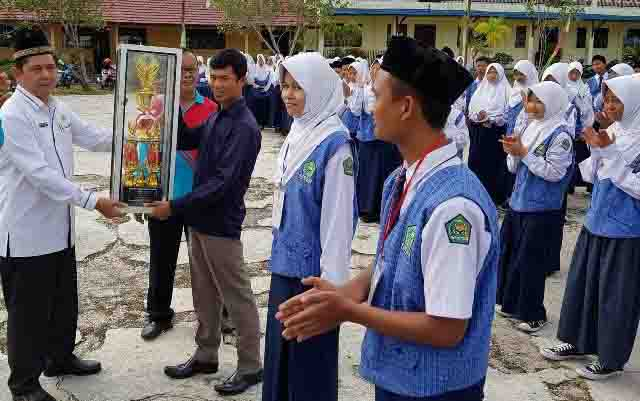 Penyerahan piala bergilir kepada kelas di Mts Annur yang meraih juara terbanyak.