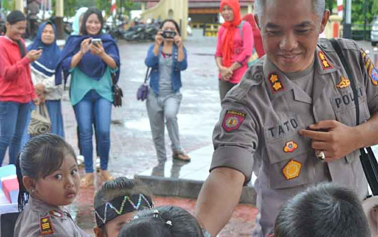 Kapolres Barito Utara AKBP Tato Pamungkas Suyono saat menyambut kedatangan murid TK Kemala Bhayangkari di depan kantor Polres, Selasa (22/8/2017).