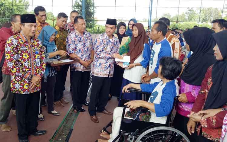 Wakil Bupati Seruyan Yulhaidir  menyerahkan peralatan bantu bagi penyandang disabilitas di Kuala Pembuang, Kamis (24/8/2017).