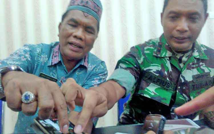 Dandim 1016/Plk Letkol Alfius Navirinda Krisdinanto (kanan) bersama Kepala Damkar, Anwar Sanusu (kiri) menunjukan aplikasi GPS Map Kamera, Kamis (24/8/2017).