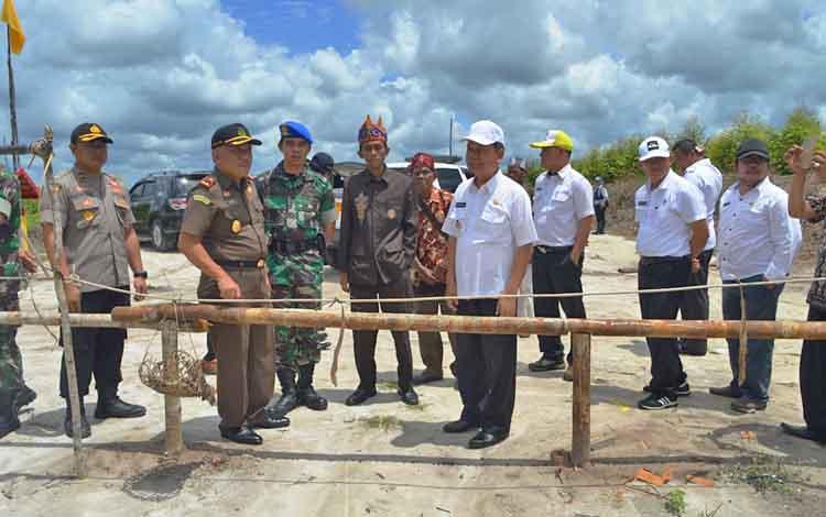 Bupati Kapuas meninjau lokasi Hinting Pali di Kecamatan Mantangai.
