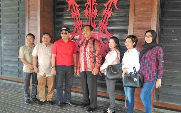Komisi I DPRD Kapuas berfoto bersama, usai melakukan studi banding di Pontianak, Kalbar.