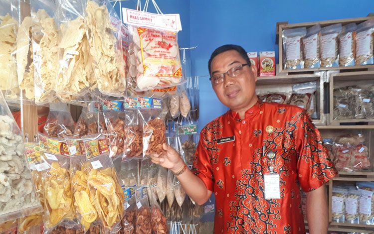 Kepala Dinas perikanan Kotim Heriyanto saat memperlihatkan produk olahan lokal yang dijual di gerai pemasaran Dinas Perikanan.