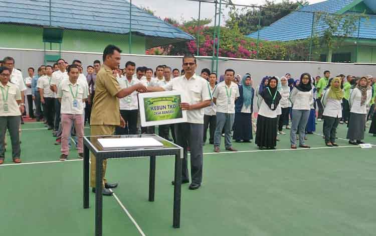 CEO PT SSMS Tbk Vallauthan Subraminam menyerahkan SHU Perdana Kebun TKD kepada perwakilan dari Desa Rangda di kantor pusat CBI Group, Jalan Udan Said Pangkalan Bun, Senin (28/8/3027).