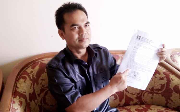 Ketua DPD PAN Lamandau, Martinus Maka, yang juga anggota DPRD Lamandau, saat menunjukkan salinan kesepakatan bersama yang dinilainya menjadi dasar pengunduran diri Taufik Hidayat dari DPRD Lamandau.