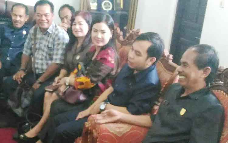 Ketua DPRD Kabupaten Gunung Mas (kanan) saat berbincang dengan anggota DPRD