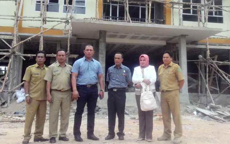 Ketua Komisi III DPRD Kapuas Kunanto melakukan pengecekan ke lokasi pembangunan rusun Pemkab Kapuas