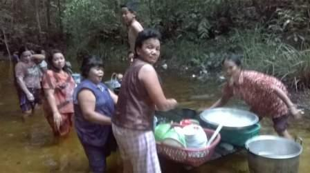 Warga Desa Bundar, Kecamatan Dusun Utara, Kabupaten Barito Selatan (Barsel) menggunakan air sungai untuk keperluan sehari-hari akibat pasokan air PDAM macet