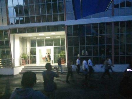 Anggota Polda Kalteng dan Mabes Polri meninggalkan kantor DPRD Kalteng seusai memeriksa ruang kerja Yansen Binti, Senin (4/9/2017) malam.\r\n