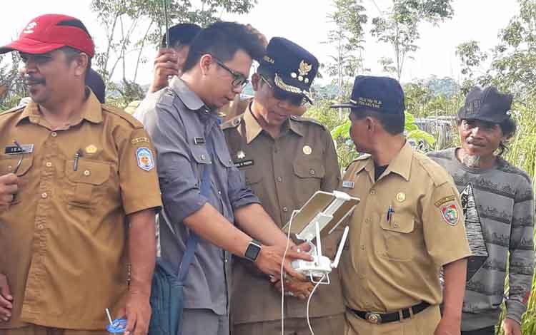 Bupati Murung Raya (Mura) Perdie saat meninjau lokasi rencana pengembangan ternak sapi di Desa Sungai Gula Kecamatan Permata Intan.