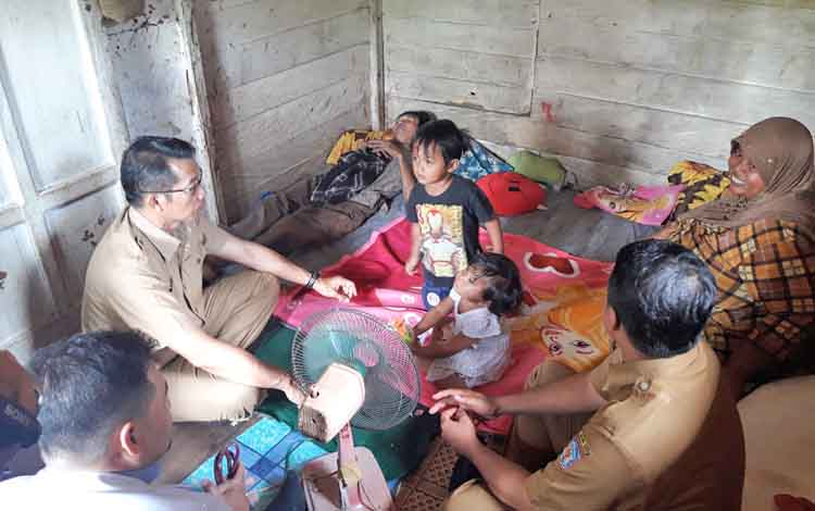 Bupati Murung Raya Perdie saat berkunjung ke rumah Sukarman, penderita leukimia aplastik.