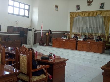 Juru bicara Fraksi Golkar Pendeta Rayaniatie Djangkan saat membacakan pandangan umum fraksinya dalam Rapat Paripurna di DPRD Gunung Mas, Rabu (6/9/2017).