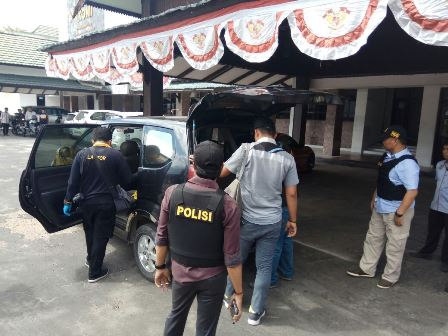 Anggota Tim Laboratorium Forensik Mabes Polri bersama jajaran Polda Kalteng dan Polres Palangka Raya seusai menggeledah ruang kerja Yansen Binti, di kantor Komite Olahraga Nasional Indonesia Kalteng, Kota Palangka Raya, Kamis (7/9/2017).