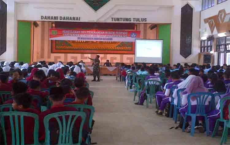 Para pelajar SMP dan siswa SMA mengikuti penyuluhan dan penerangan hukum terpadu di Gedung Jaro Pirarahan, Buntok, Jumat (8/9/2017)