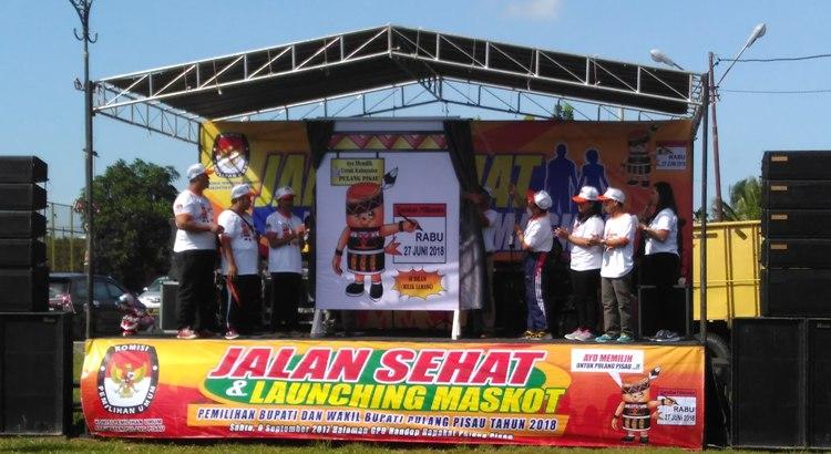 Ketua KPU Kabupaten Pulang Pisau didampingi para anggota komisi saat peluncuran maskot Pilkada 2018 di halaman Kantor KPU Pulang Pisau, Sabtu (9/9/2017).