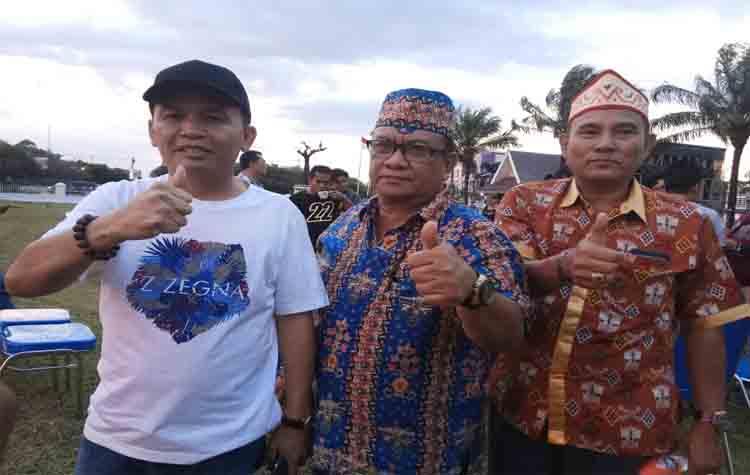 CEO Kalteng Putra, Agustiar Sabran (kiri) didampingi GM Kalteng Putra, Hasanudin Noor (tengah)