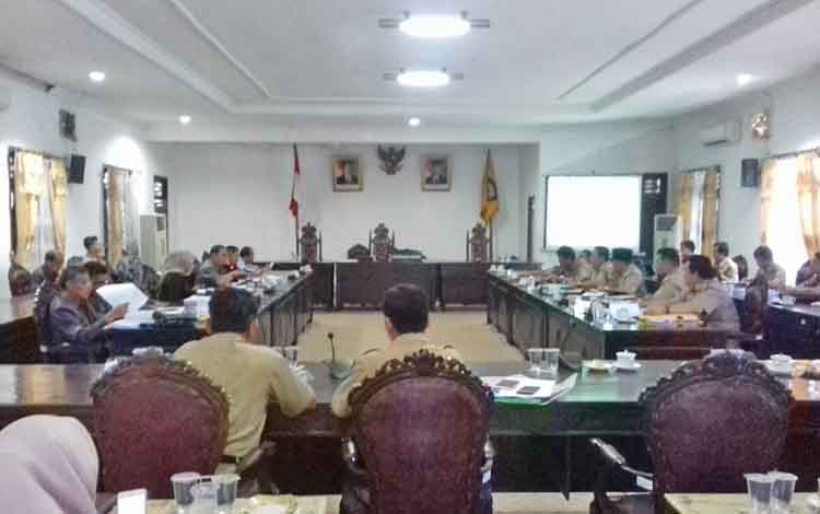 Pembahasan APBD perubahan 2017 antara Komisi IV DPRD dan Dinas PUPR Kabupaten Kotawaringin Timur.