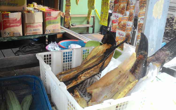 Ikan hasil tangkapan nelayan di Kereng Bangkirai yang diolah menjadi ikan asin dan dijual kembali bagi para wisatawan yang datang ke lokasi Wisata Dermaga Kereng Bangkirai.