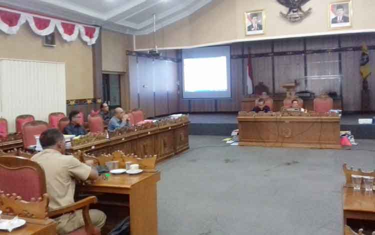 Komisi I DPRD Kotim rapat kerja dengan mitra kerja, Senin (11/9/2017)