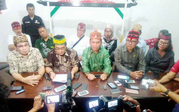 DAD Kalteng menyampaikan pernyataan sikap atas penetapan Yansen Binti sebagai tersangka dugaan pembakaran sejumlah sekolah dasar negeri (SDN) di Palangka Raya.