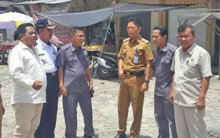 Anggota DPRD KOta Palangka Raya meninjau persiapan pembangunan pasar rakyat Tangkiling yang menggunakan APBN, baru-baru ini.