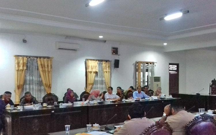 Pembahasan antara Komisi IV dan Dinas PUPR Kotim.