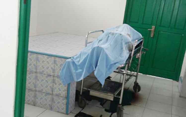 Jasat mayat yang sebelumnya ditemukan tergeketak tepi Jalan Trans Kalimantan Kereng Pangi Km18 saat berada di kamar mayat RSUD Mas Amsyar Kasongan