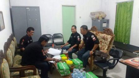 Ketua KPU Mura Izharudin (kanan) saat berdiskusi dengan komisioner KPU Mura lainnya di Kantor KPU Mura, Selasa (11/9/2017)