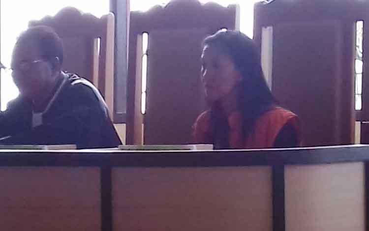 Erna Yusmita alias Erna terdakwa kasus sabu didampingi penasihat hukumnya Burhansyah.