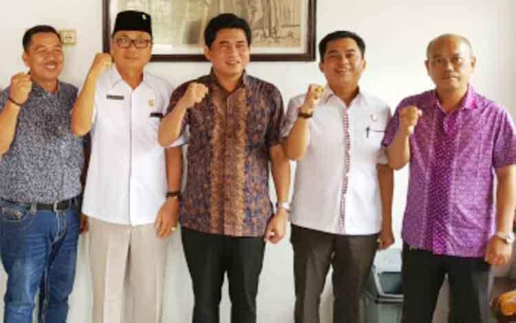 Ketua DPRD Kotim, Jhon Krisli (tengah baju batik) saat bersama anggota DPRD Kotim lainnya.