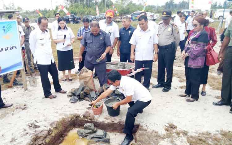 Anggota DPRD Gumas Herbert Y Asin saat peletakan batu pertama relokasi Desa Tumbang Lampahung, Kecamatan Kurun, Rabu (13/9/2017).