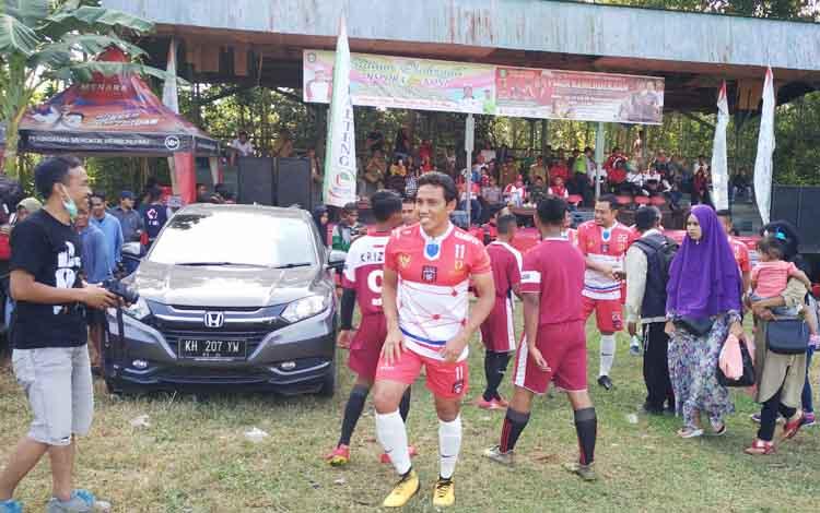 Bima Sakti saat hendak bermain di Lapangan Kompi 631 Antang, saat laga eksebisi Piala Kemerdekaan Antar Kecamatan se-Kabupaten Kotawaringin Timur