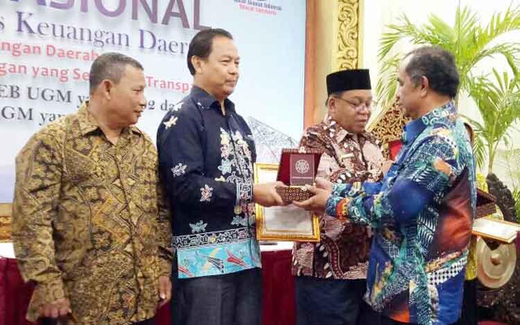 Wabup Lamandau, Drs. H. Sugiyarto, pada saat menerima piagam penghargaan dari Dekan FEB UGM atas penilaian terbaik III indeks pengelolaan keuangan TA 2015 Regional Kalimantan, di Yogyakarta (7/9/2017)