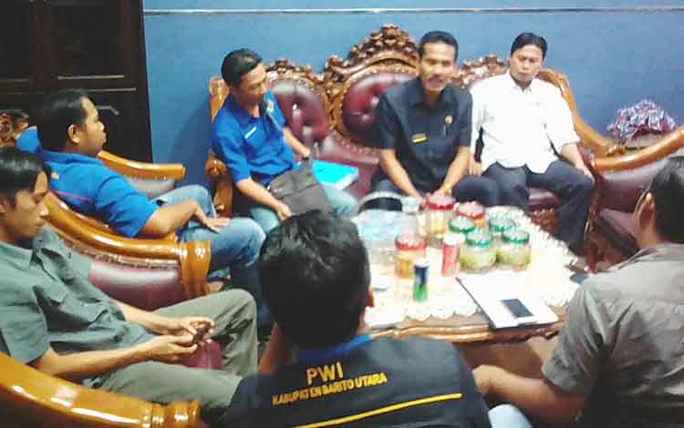 Wakil Ketua II DPRD Barito Utara, Acep Tion saat bersama wartawan
