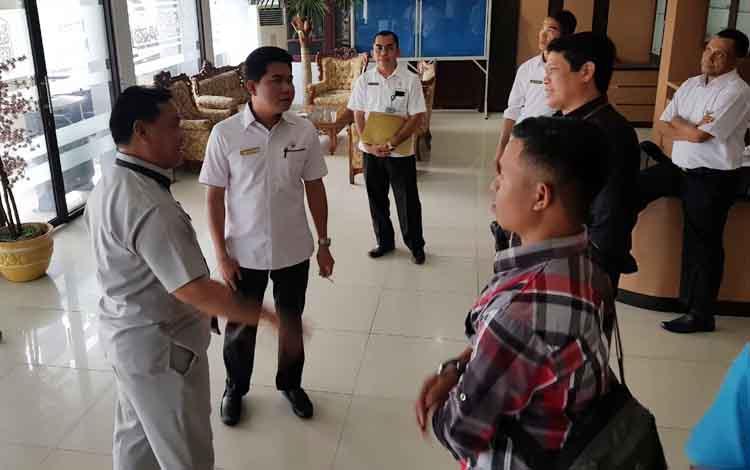 Ketua DPRD Kotim Jhon Krisli, Wakil Ketua DPRD Kotim Parimus dan Plt Sekda Kotim H Halikinnor usai rapat kompilasi APBD Perubahan 2017