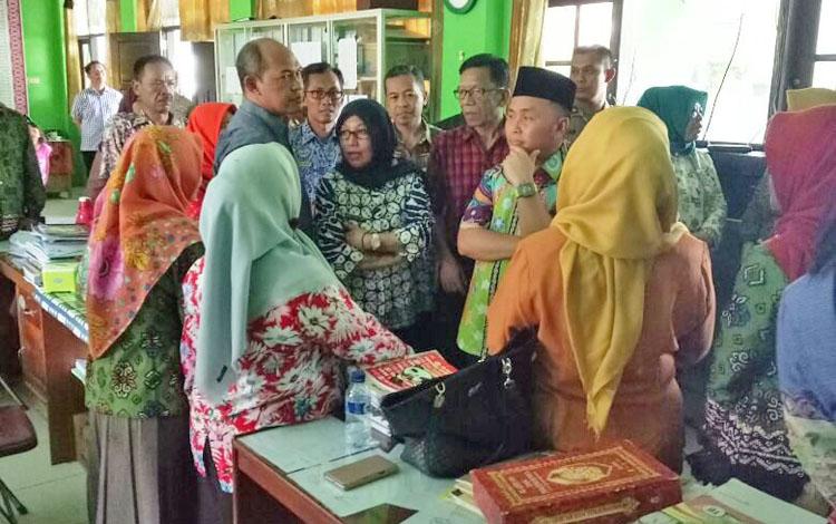 Gubernur Kalteng Sugianto Sabran (berpeci) saat mengunjungi SMAN 1 Pangkalan Bun.