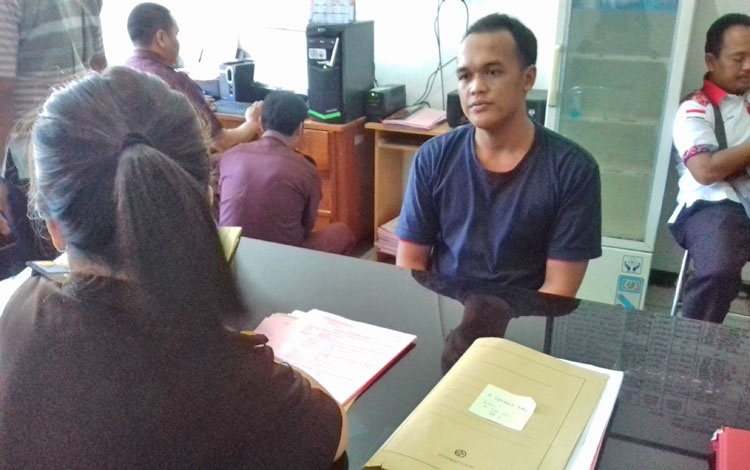 Ilham Pangestu, tersangka pemerasan berkedok polisi gadungan, saat diperiksa Jaksa Kejari Kotim Lady Lanni Terore, Kamis (14/9/2017).