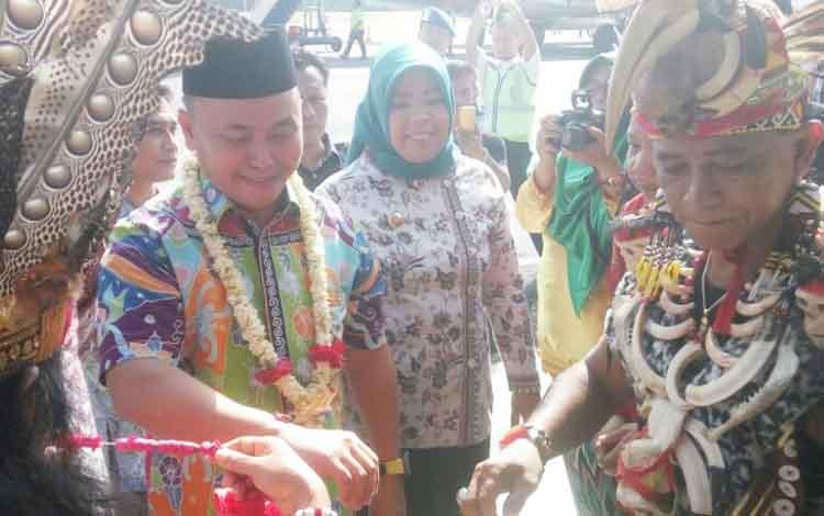 Gubernur Kalteng Sugianto Sabran saat mengikuti upacara penyambutan di Bandara Iskandar Pangkalan Bun