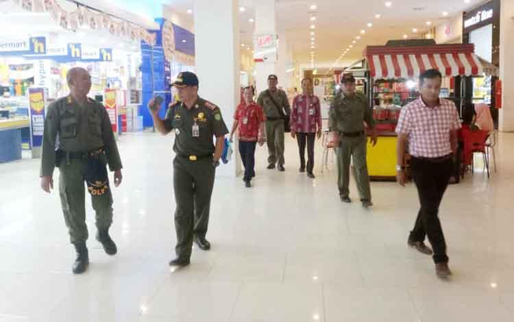 Petugas Satpol PP Kotim saat melakukan razia ASN di City Mall Sampit, Kamis (14/9/2017).