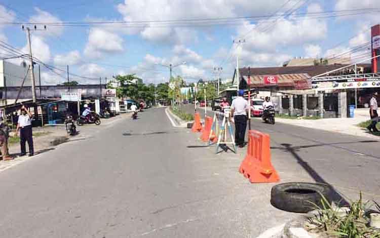 Plangson terbuka di Jalan A. Yani beberapa waktu lalu sempat di tutup oleh Dishub Kabupaten Kobar namun warga tidak mematuhi dan warga yang nekat memotong tali-tali yang terpasang agar dapat melintas