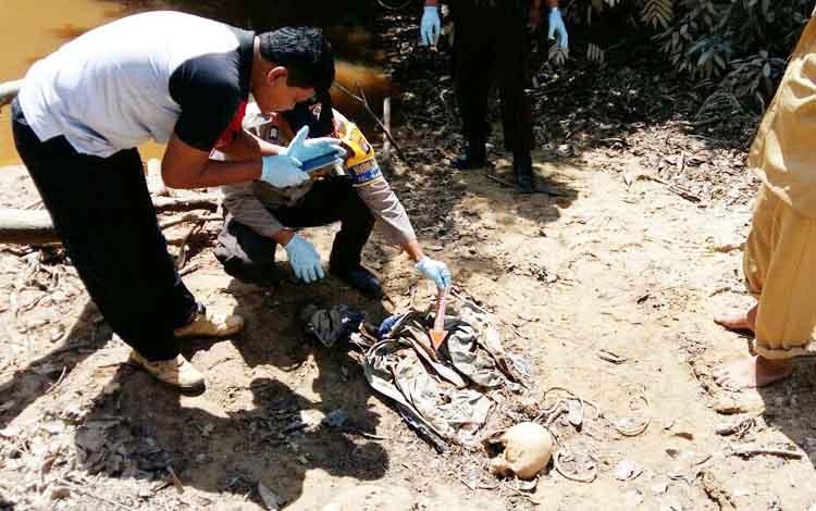 Jasad Dini ditemukan sudah menjadi tengkorak oleh warga saat memancing di tepi sungai desa Penyombaan, Kecamatan Aruta, Kabupaten Kotawaringin Barat