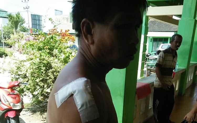 Salah satu korban pembacokan oleh saudara sendiri, saat di obati di Puskesmas Samuda.