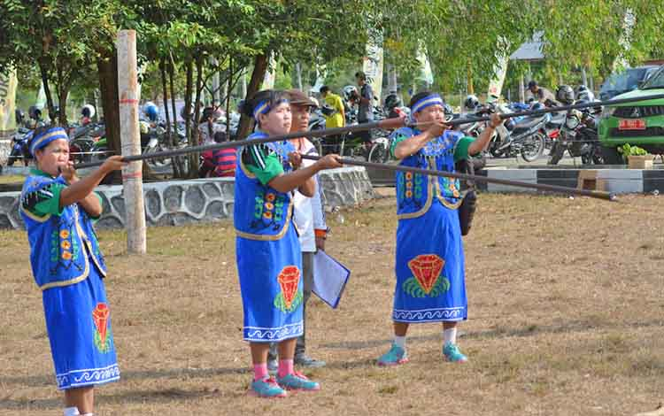 Peserta lomba menyumpit saat mengikuti Festival Budaya Gawi Barinjam tahun lalu