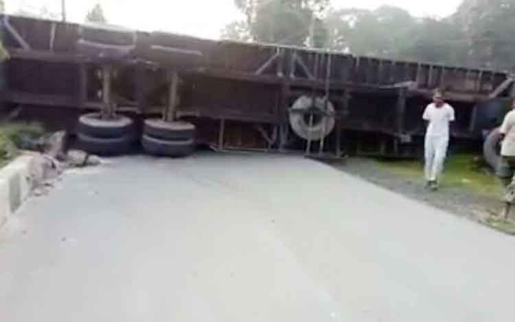 Truk trailer bermuatan peti kemas dengan roda 18 terbalik di ruas jalan A. Yani KM 4, sekitar pukul 03.00 WIB Selasa (10/10/2017) dinihari tadi.