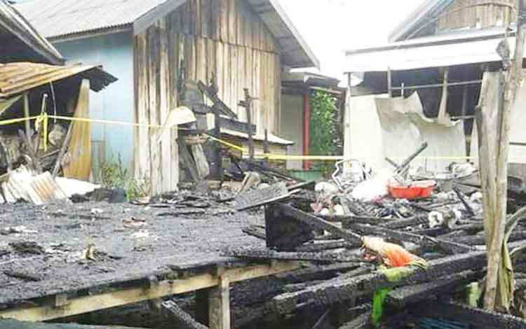 Rumah Ariel hanya sisa puing-puing hangus terbakar