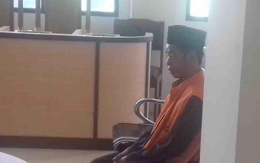Kadir, terdakwa kasus pembacokan terhadap Andreansyah, selingkuhan istrinya.